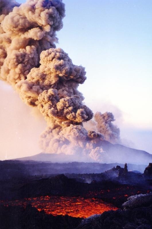 A Tazieff-kráter kitörés közben