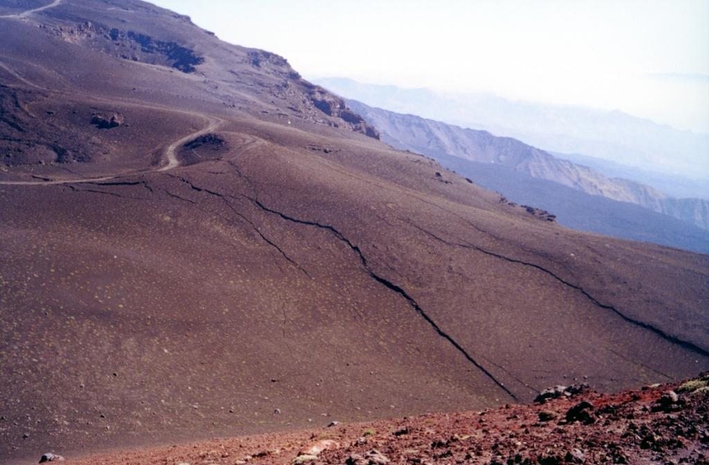 Egyik napról a másikra kiterjedt hasadékrendszer keletkezett a hegy oldalában