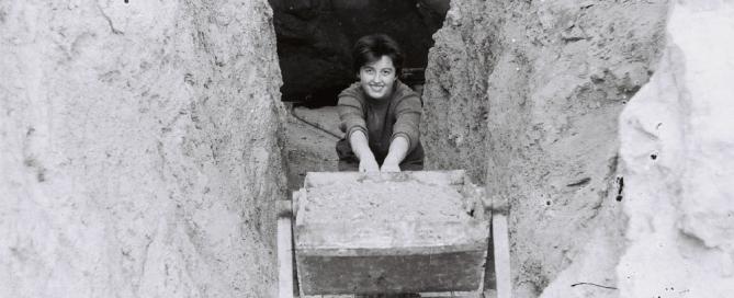 A barlang előcsarnokának süllyesztése közben (Rosta Márta)