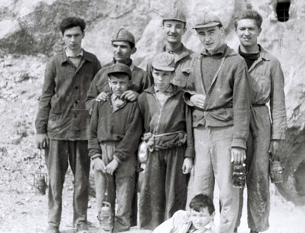 Csoportkép valamikor a 60-as években a Sátorkői-barlang előtt