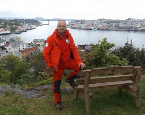 A háttérben Kristiansund városa - Norvégia