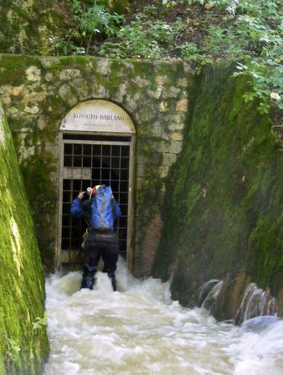 A Kossuth-barlang bejáratán dől a víz
