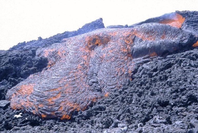 Lávafolyam a Délkeleti-kráter tövében