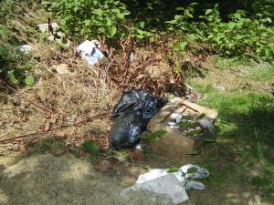 A patak kertvárosi partszakasza illegális szemétlerakóhely