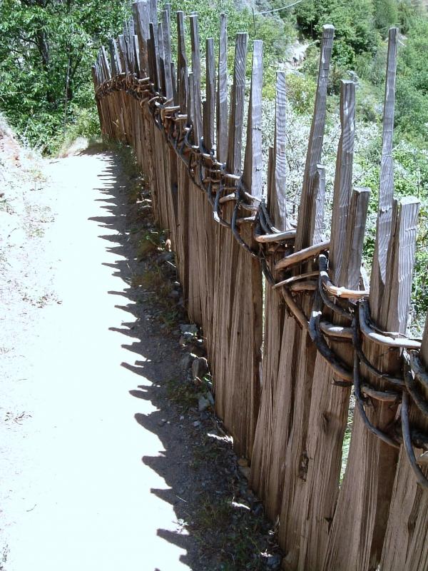 Vesszővel csomózott kerítés