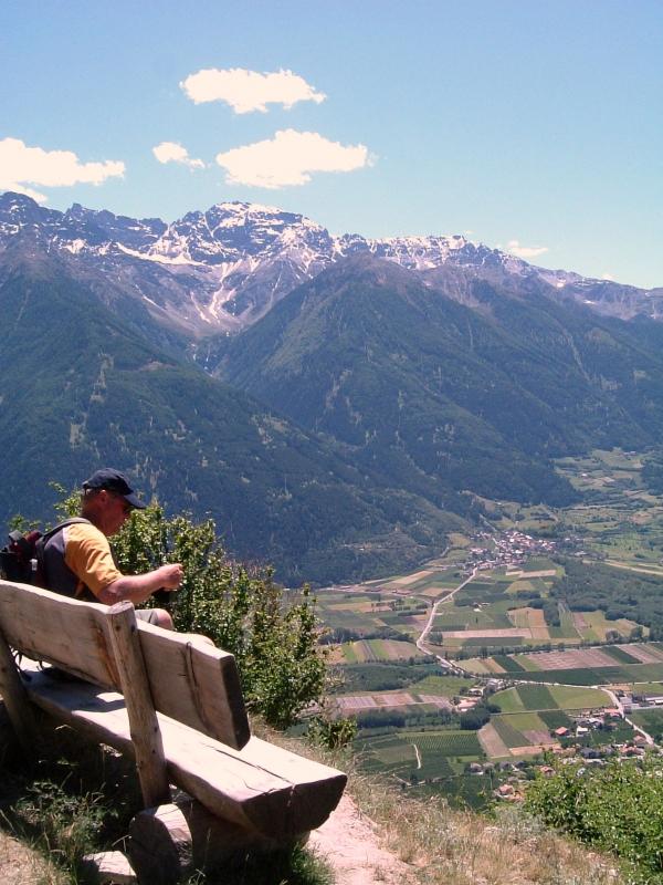 Kilátó a panorámaútról. A völgyfenék 500 méterrel van lejjebb