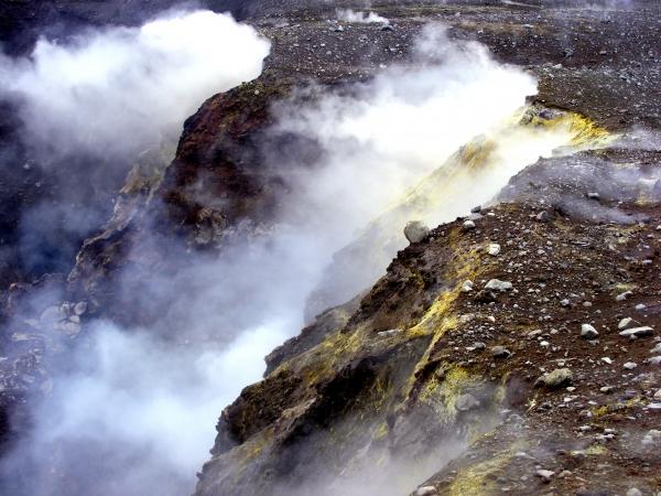 A krátereket tömény kéngáz tölti ki