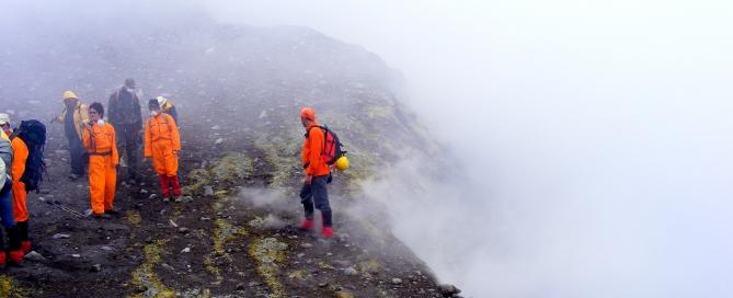 A Központi-kráter peremén. A hasadékokból fojtogató gáz szivárog