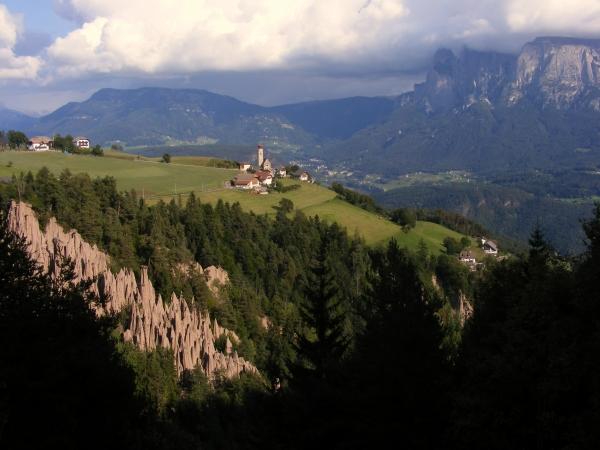 A Ritteni földpiramisoknak a Dolomitok sziklatornyai adnak festői hátteret