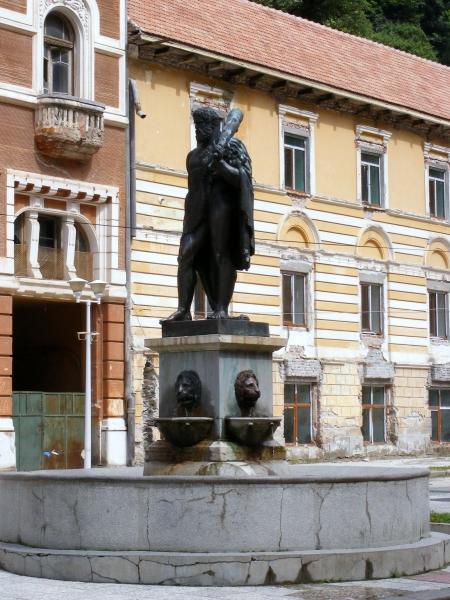 A város névadójának szobra mára jellegtelen környezetben van