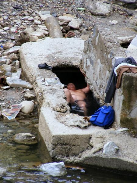 Nem vízihulla, hanem fürdőző az egyik romos udvarban létesített alkalmi áztatóban