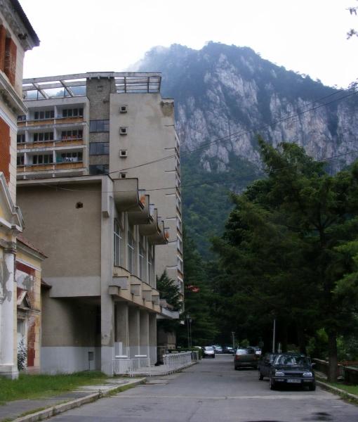 A korabeli paloták lepusztítva, a szocreál betonszállodák felvirágoztatva
