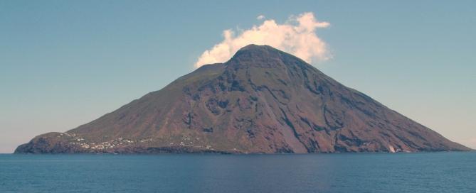 A Stromboli közel 1000 méterre emelkedik a ki a tengerből, a vízszint alatt viszont 2000 méteres mélységbe nyúlik