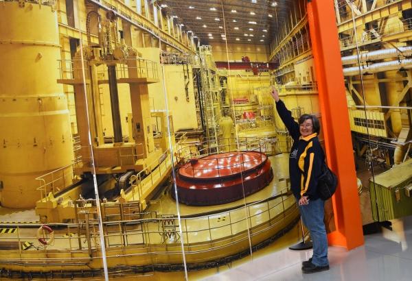 Mintha a reaktortérben lennénk A háttérben poszter)