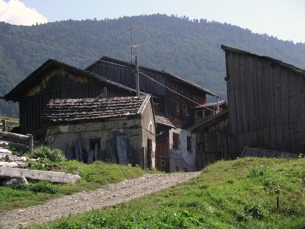 Gazdasági és lakóépületek a falu határában
