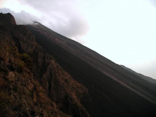A vulkán híres tűzcsúszdája, a Sciara del Fuoco