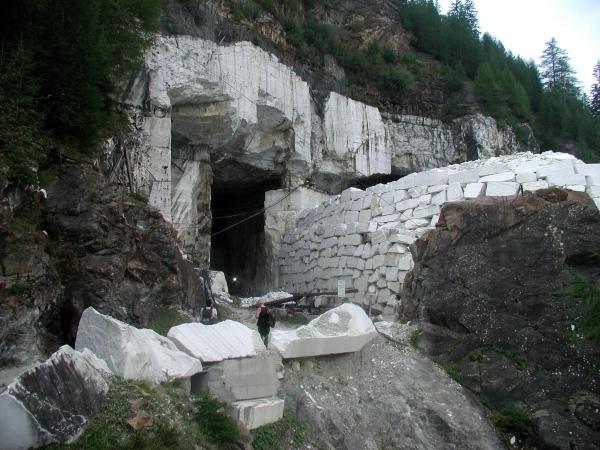 Az egyik márványbánya bejárata