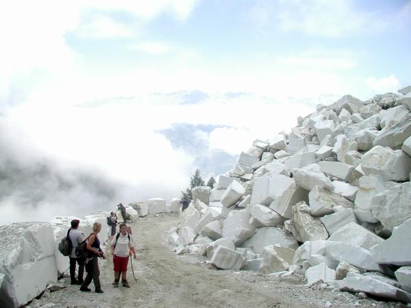 Selejtes márványtömbök a bánya bejárata előtt