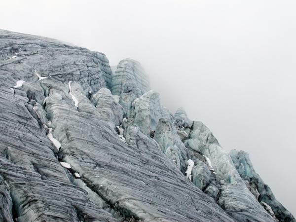 A gleccser felszínét tekintélyes hasadékok borítják