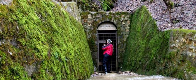 A Kossuth-barlang bejáratában