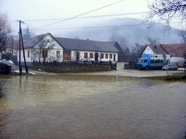 Patakok találkozása. Jobbról a Tohonya-, balról a Jósva-patak érkezik. A patakok vize   hosszasan egymás mellett folyik, mielőtt keverednének