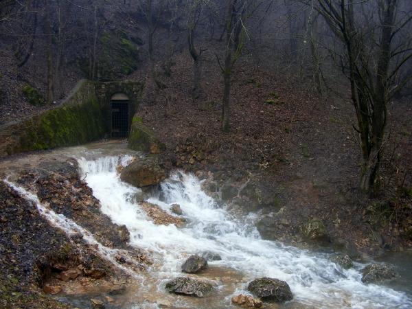 """A Kossuth-barlang """"orrán-száján"""" dől a víz"""
