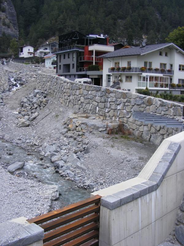 Támfalakat építettek, és megerősítették a közúti híd talapzatát is