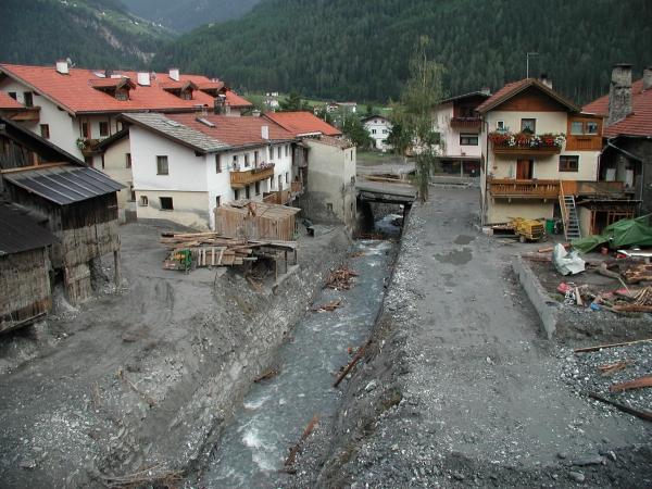 A kép bal szélén álló faházakon jól látszik az árvíz szintje