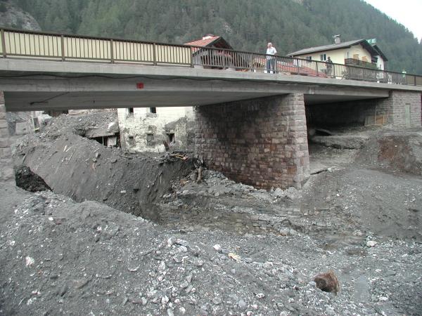 A közúti híd az árvizet visszaduzzasztotta, fokozva ezzel a pusztítást a felette lévő partszakaszon
