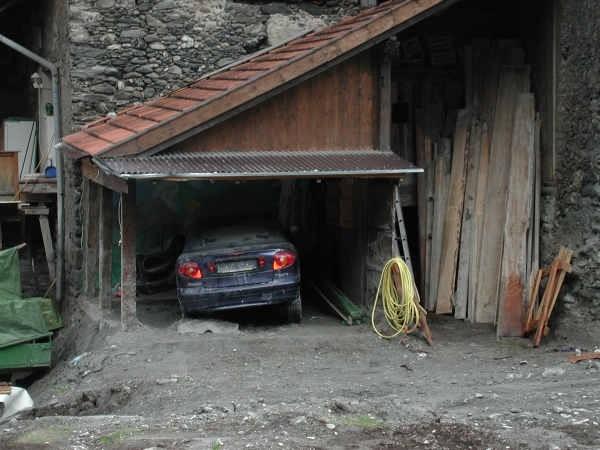 Az autó színültig töltődött iszappal