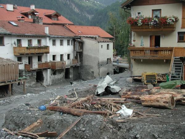 A pusztítás a híd alatt kisebb volt, de nem elhanyagolható