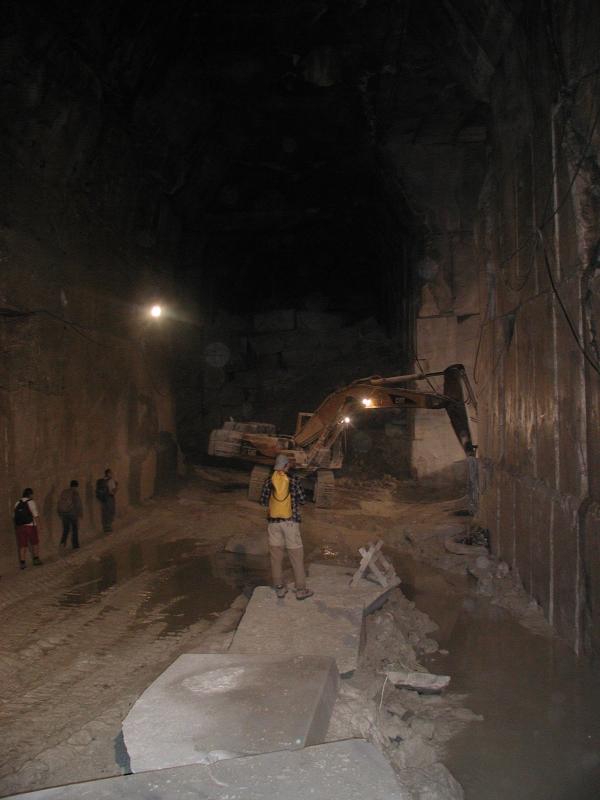 Beosontunk a bányába
