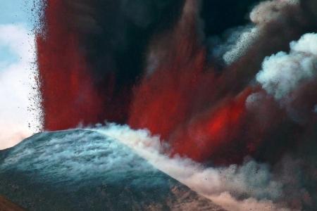 Az új kráter kitörő lelkesedéssel építi magát. 2012.április 12-i állapot