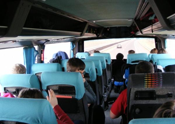 Az emeletes busz felső részét a diákok foglalták el