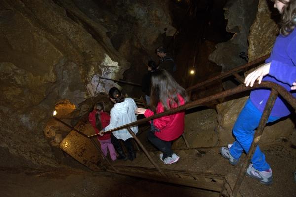 Ereszkedés a Rákóczi-barlang hasadékában