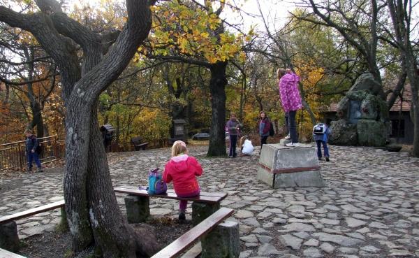 Dobogó-kő legmagasabb pontja, háttérben Téry Ödön bronzreliefje