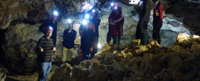 Ausztriából érkező, de nemzetközi csoport 2015. március 28-án, a Sátorkőpusztai-barlang Benedek termében
