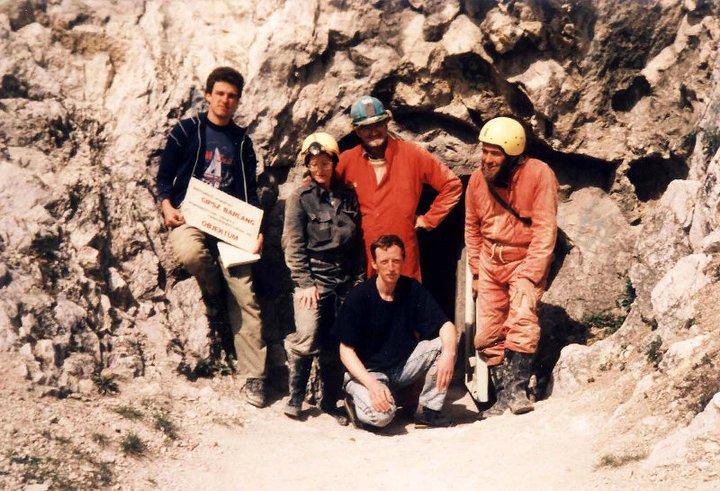 Derek Ford professzor (középen) és Yuri Dublyansky (guggol) látogatásakor, 1992-ben. A külföldi vendégeket Takácsné Bolner Katalin, Kraus Sándor geológusok, és Lieber Tamás kísérte