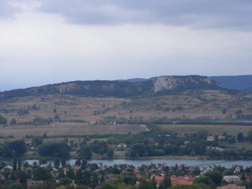 Esztergom-Kertváros egy részlete, a Palatinus-tó és a Nagy-Strázsa-hegy