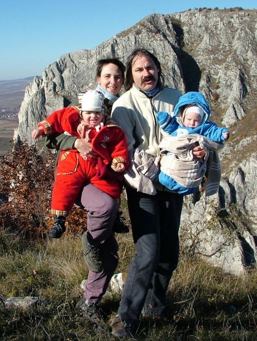Családommal a Tordai-hasadék peremén, háttérben a Patkós-kő