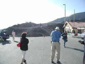 Turisták az Etna déli látogatóközpontjában (Sapienza) a 2001. évi kitörések után