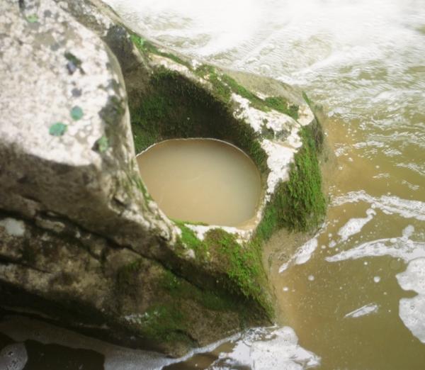 Az áramló víz tartja mozgásban az üstbe kerülő köveket