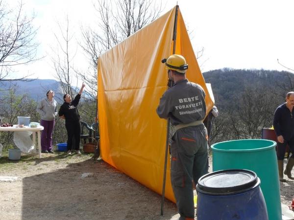 A sátor felállítása közben