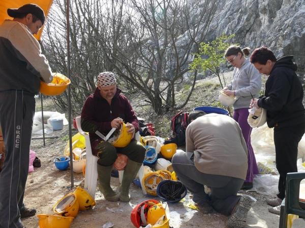 A sisakok karbantartása közben (Papp Béla. Benkovics Barna, Gyetvai Péter, Sáfrány Andrea, Brumár Éva)
