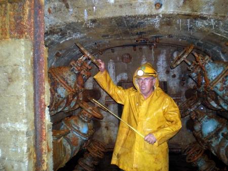 A védművek egy része 2007-ben. Ma ez a fülke 10 méterrel van a víz szintje alatt (A felvételen Mráz László főaknász)