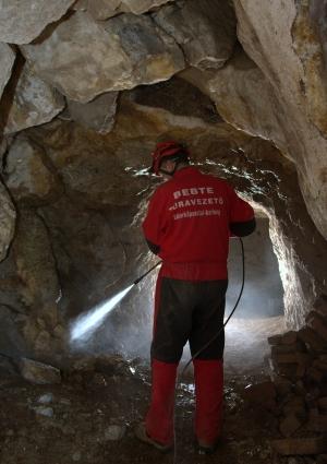 Falmosás a hasadékbarlang alsó részén (a felvételen Lieber Tamás)