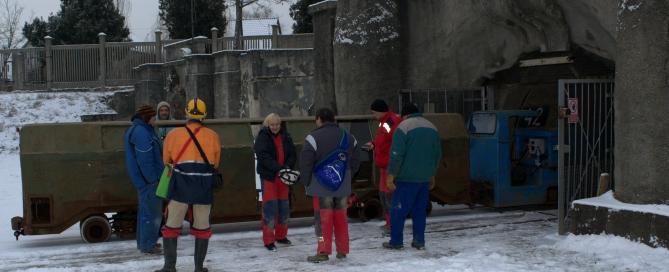 A bányavonat vagy népes a táró bejáratánál