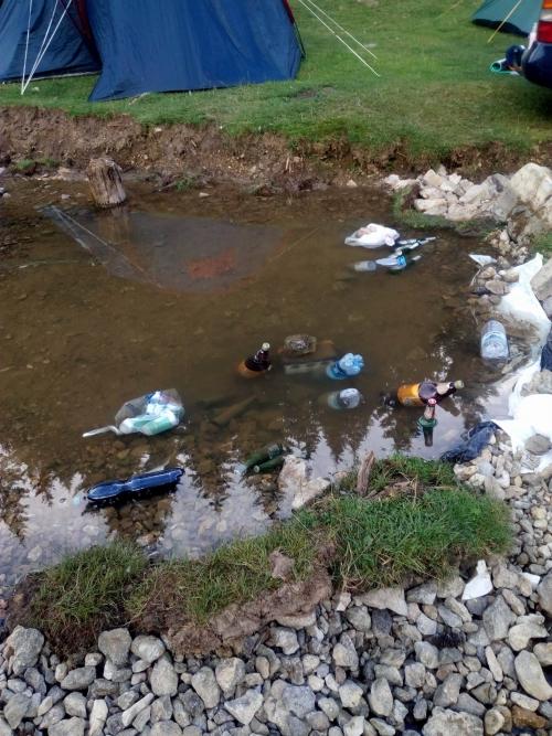 """A sátrak között átfolyó patak jobb esetben csak rögtönzött hűtőszekrényként funkcionál, de a helyben keletkezett szennyvíz eltüntetésére is """"alkalmas""""!"""