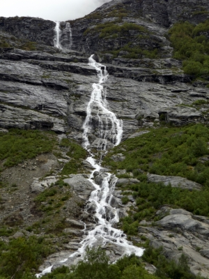 A magasból vízesések zuhognak alá