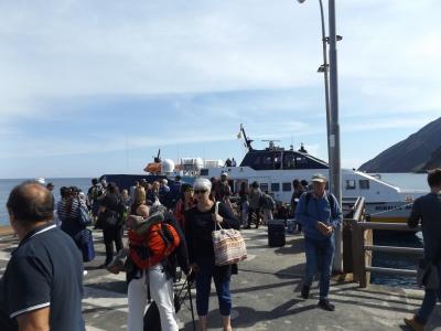 Turisták érkeznek a szigetre